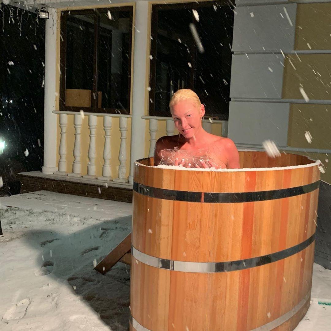 Вчерашнее купание в ледяной купели под снегом. Снежная зима-лучшее время для русской бани.