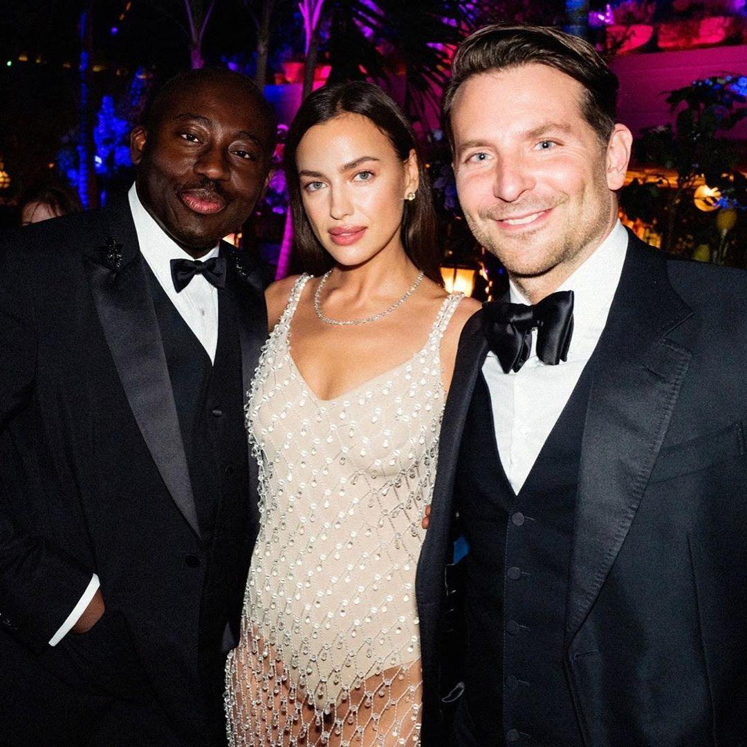 Главный редактор лондонского Vogue Эдвард Эннинфул сфотографировался вместе с Ириной и Брэдли.