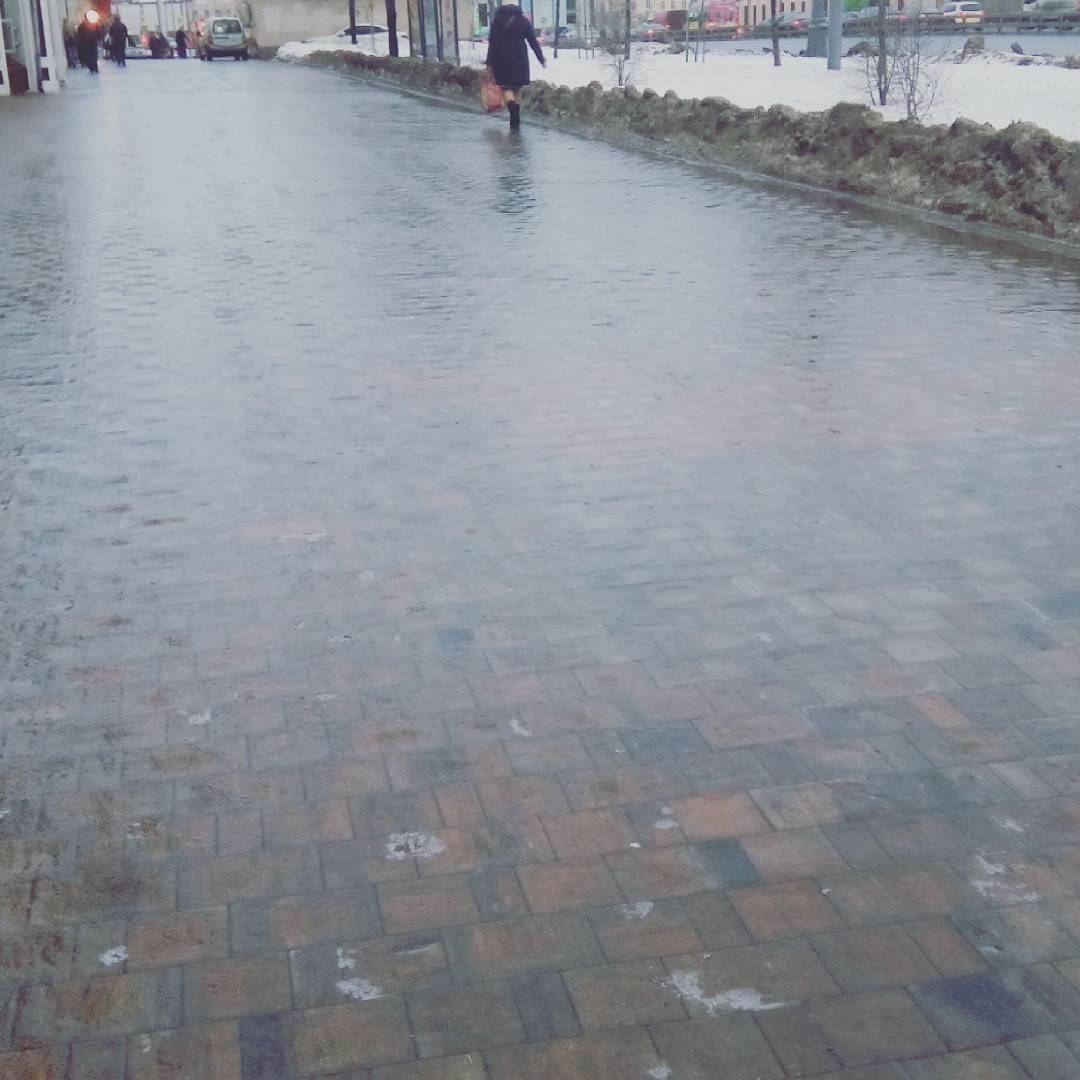 Внезапная #оттепель превратила обычный московский #тротуар в #каток