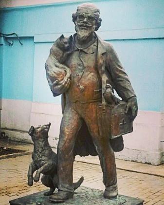 Памятник Айболиту на улице Красноказачья в Иркутске