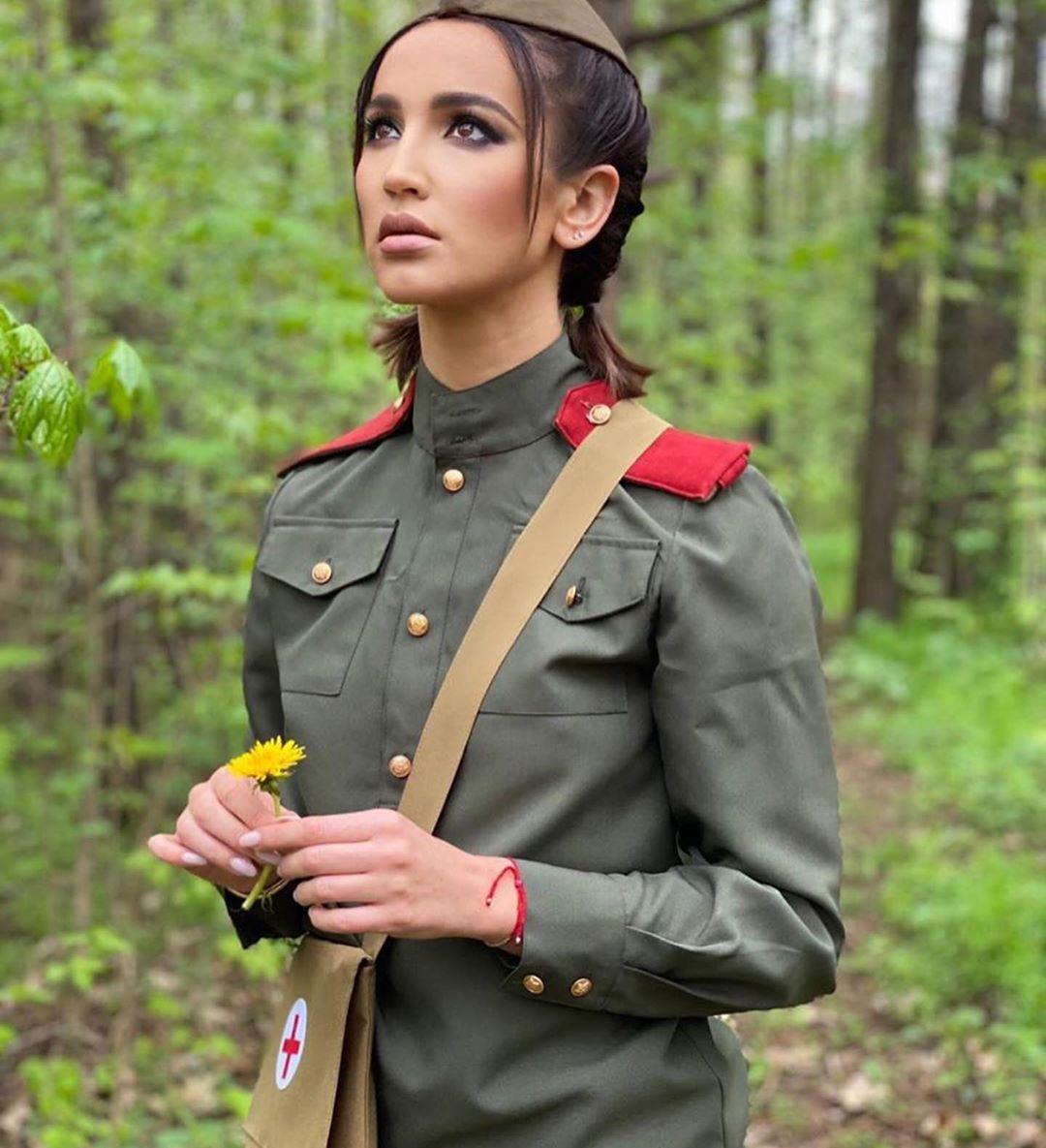 Ольга Бузова ради яркого фото отправилась в лес