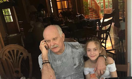 Дачный обед, внученька Наташенька