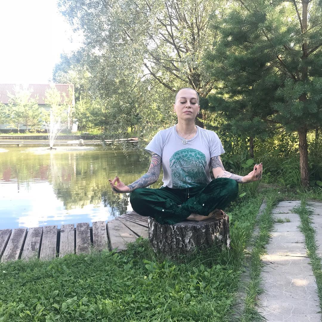 Наргиз занимается йогой и медитациями
