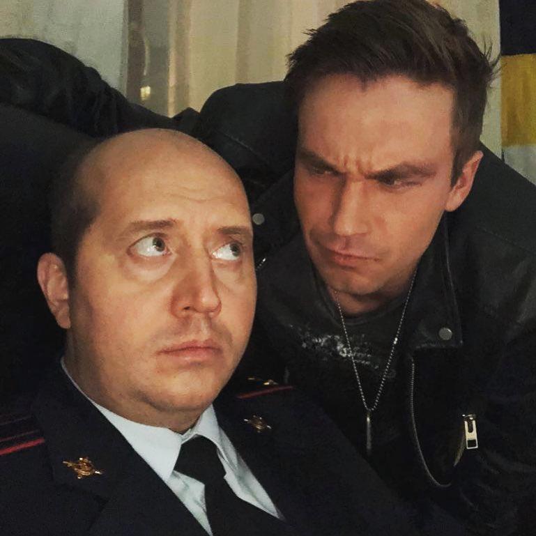 """Самый частый вопрос, который вы мне пишите, что там как с четвертым сезоном """"Полицейского с рублевки"""". Докладываю: полет нормальный. Демон все также бесит. Я - все также красивый. Завтра последний день съемок. А первые серии уже смонтированы и ждут-ждут выхода на экран. #полицейскийсрублевки #полицейскийсрублевки4 #тнт #сериал #петров #сашапетров #александрпетров #бурунов #сергейбурунов #премьера @actorsashapetrov"""