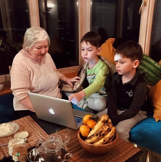 Прабабушка и правнуки .