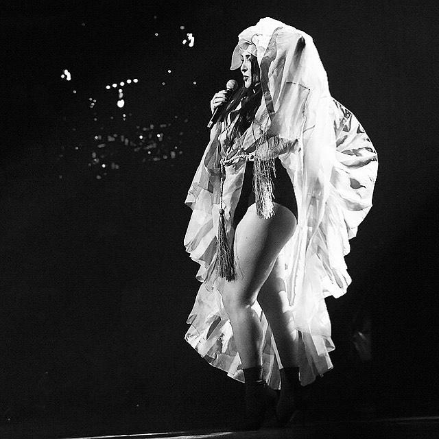 Леди Гага нервно курит в сторонке