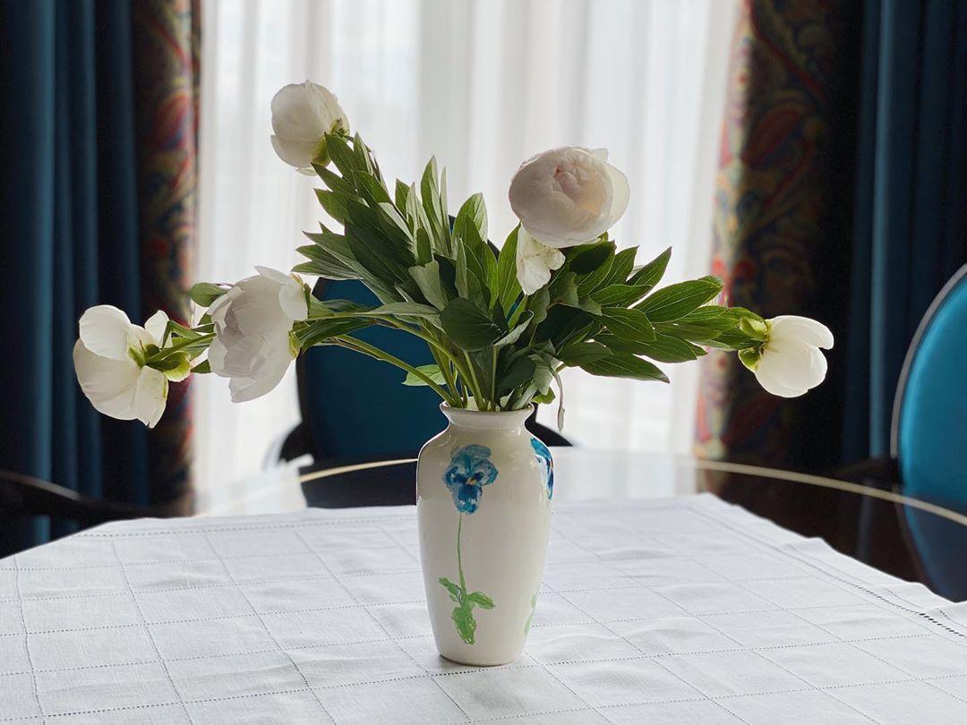 Татьяна Брухунова сама себе покупает цветы
