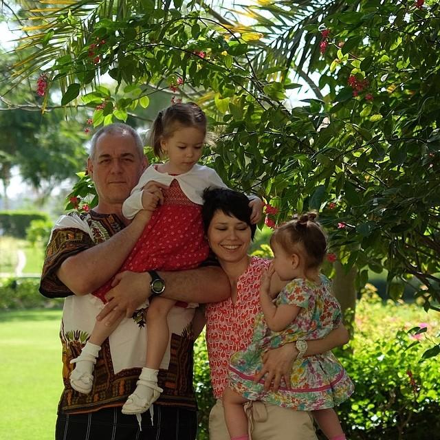 Никак не получается сделать хорошее фото всей семьей! Вера не может усидеть на месте