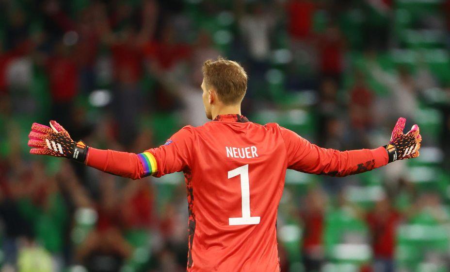 Мануэль Нойер играет на Евро-2020 с радужной капитанской повязкой. Фото: Reuters