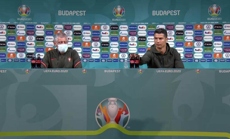 Так Роналду убрал со стола спонсорский напиток во время официальной пресс-конференции Евро-2020. Фoто: Reuters