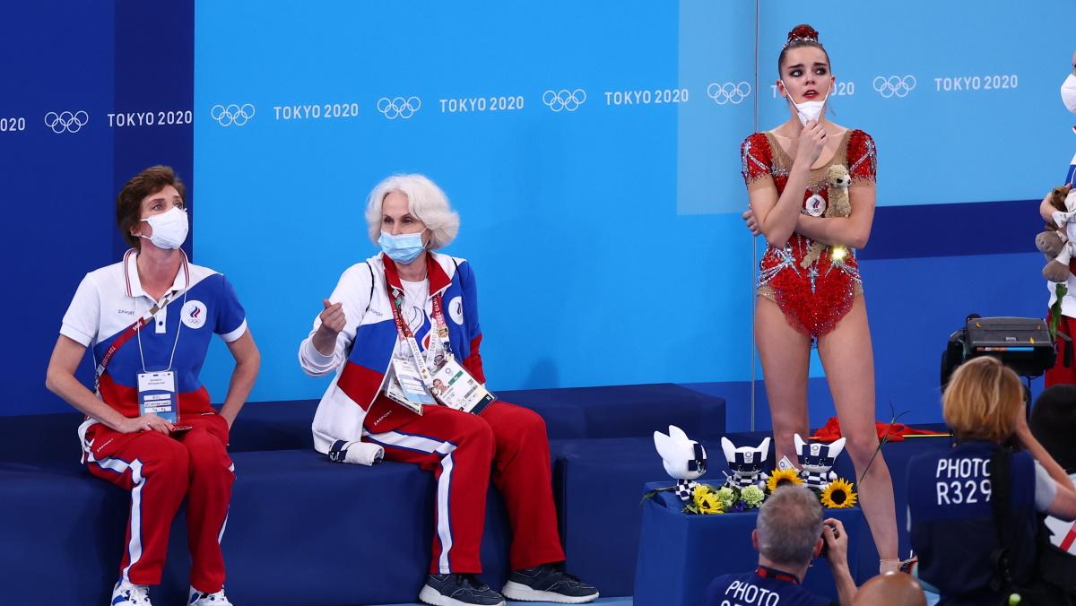 Дина Аверина и тренеры сборной во время ожидания оценок после выступления. Фото: REUTERS
