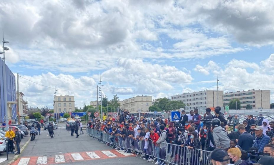 Французские болельщики собрались, чтобы встретить Месси в аэропорту Ле Бурже. Фото: Твиттер Ультрас ПСЖ