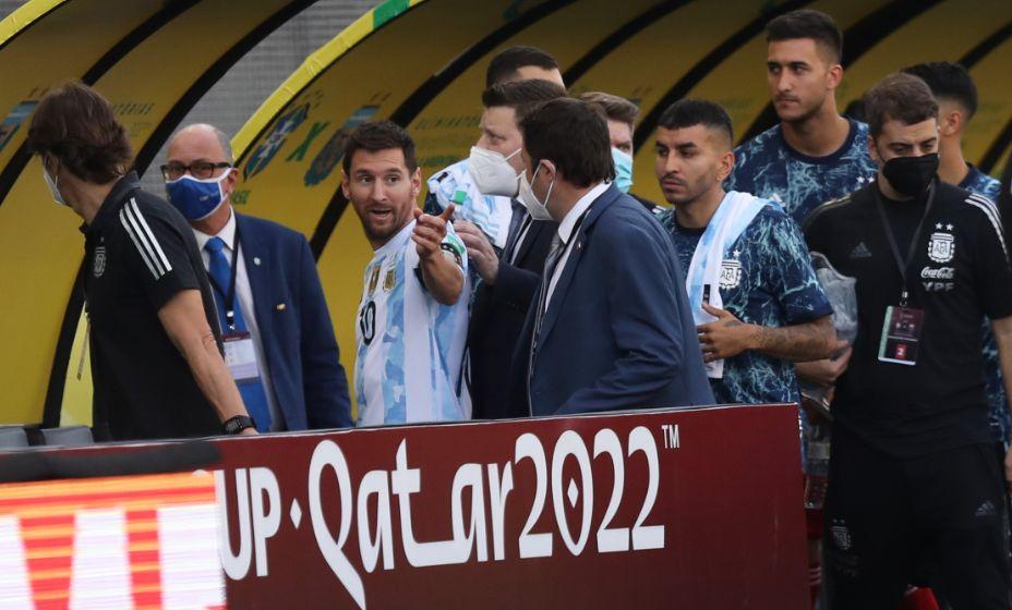 Лео Месси не понимает, что происходит. Фото: Reuters