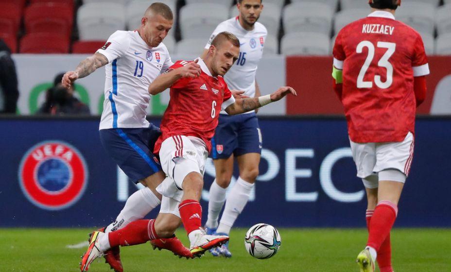 Дмитрий Баринов цепляется за мяч. Фото: Reuters