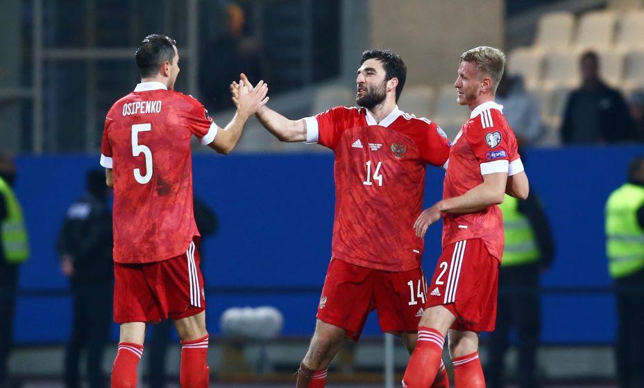 Герой матча против Словении Георгий Джикия принимает поздравления от партнеров. Фото: Reuters