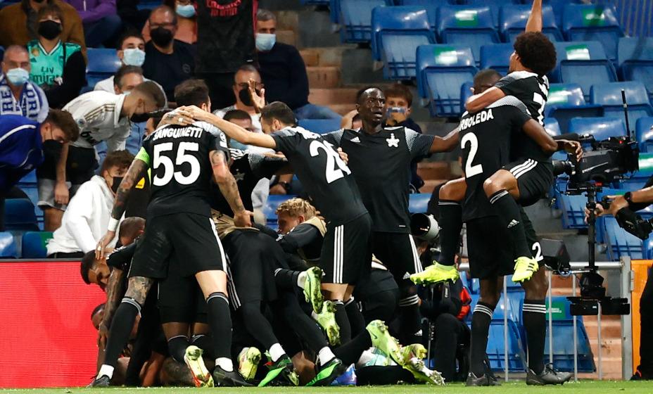 Игроки тираспольского «Шерифа» празднуют успех в матче Лиги чемпионов против «Реала». Фото: Reuters